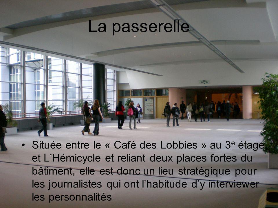 La passerelle Située entre le « Café des Lobbies » au 3 e étage et LHémicycle et reliant deux places fortes du bâtiment, elle est donc un lieu stratégique pour les journalistes qui ont lhabitude dy interviewer les personnalités