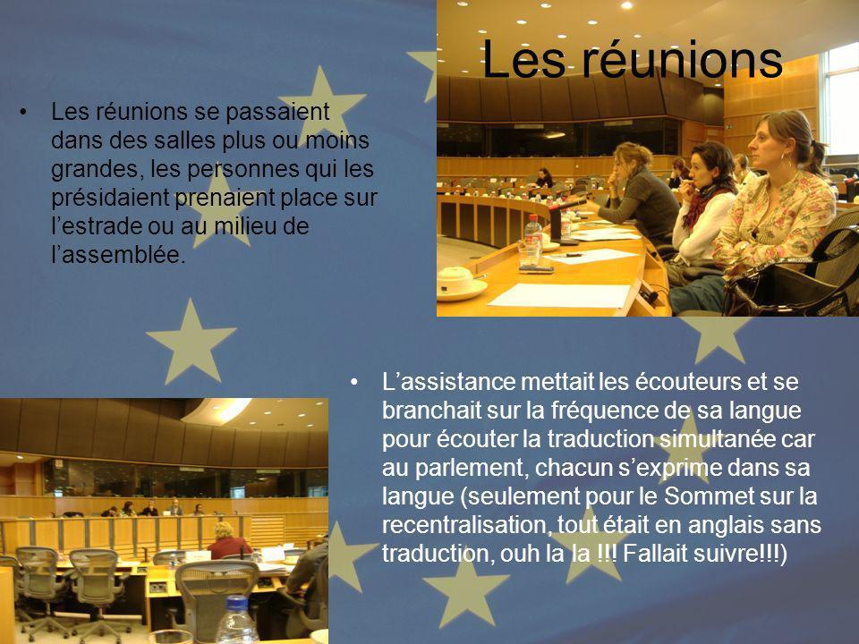 Les réunions Lassistance mettait les écouteurs et se branchait sur la fréquence de sa langue pour écouter la traduction simultanée car au parlement, c