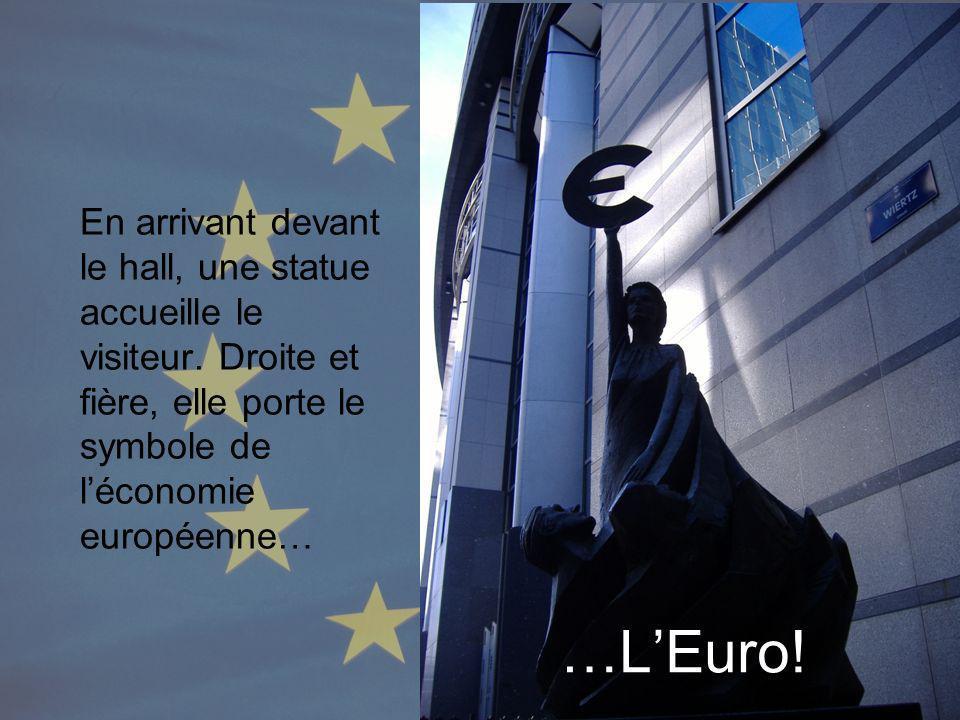 …LEuro! En arrivant devant le hall, une statue accueille le visiteur. Droite et fière, elle porte le symbole de léconomie européenne…
