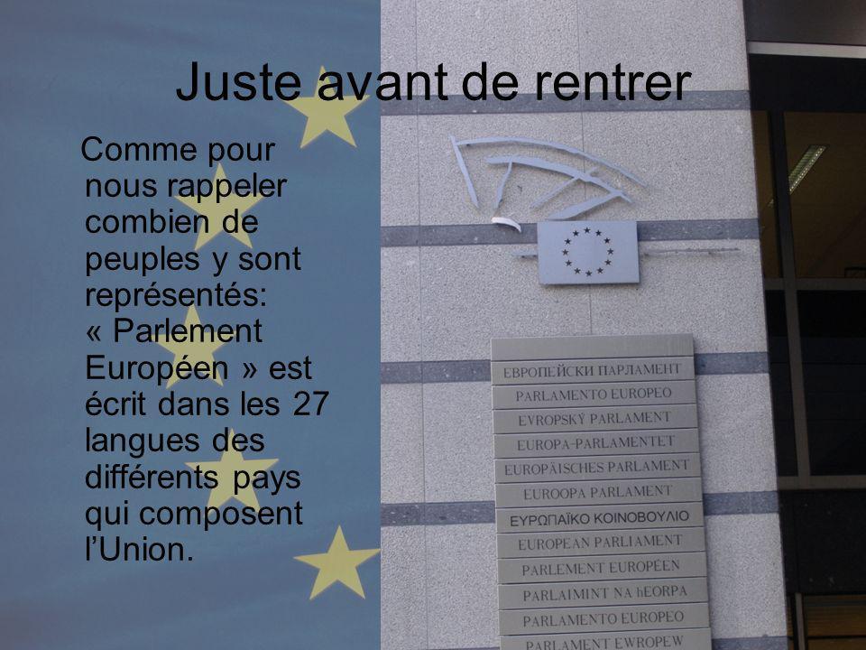 Juste avant de rentrer Comme pour nous rappeler combien de peuples y sont représentés: « Parlement Européen » est écrit dans les 27 langues des différents pays qui composent lUnion.