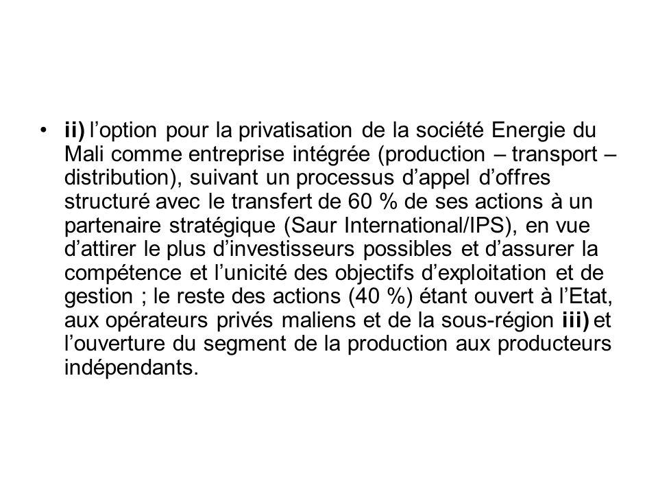 Les principales innovations apportées par la réforme sont i) le désengagement de lEtat des activités opérationnelles de lindustrie électrique, la libéralisation du secteur et la clarification du rôle des acteurs (Etat, Collectivités Territoriales, opérateurs, organe de régulation) ii) la création de la Commission de Régulation de lElectricité et de lEau (CREE) iii) le transfert à EDM.SA de la propriété des installations de production, de transport et de distribution à lexclusion des ouvrages hydroélectriques, dont la propriété juridique reste à lEtat.