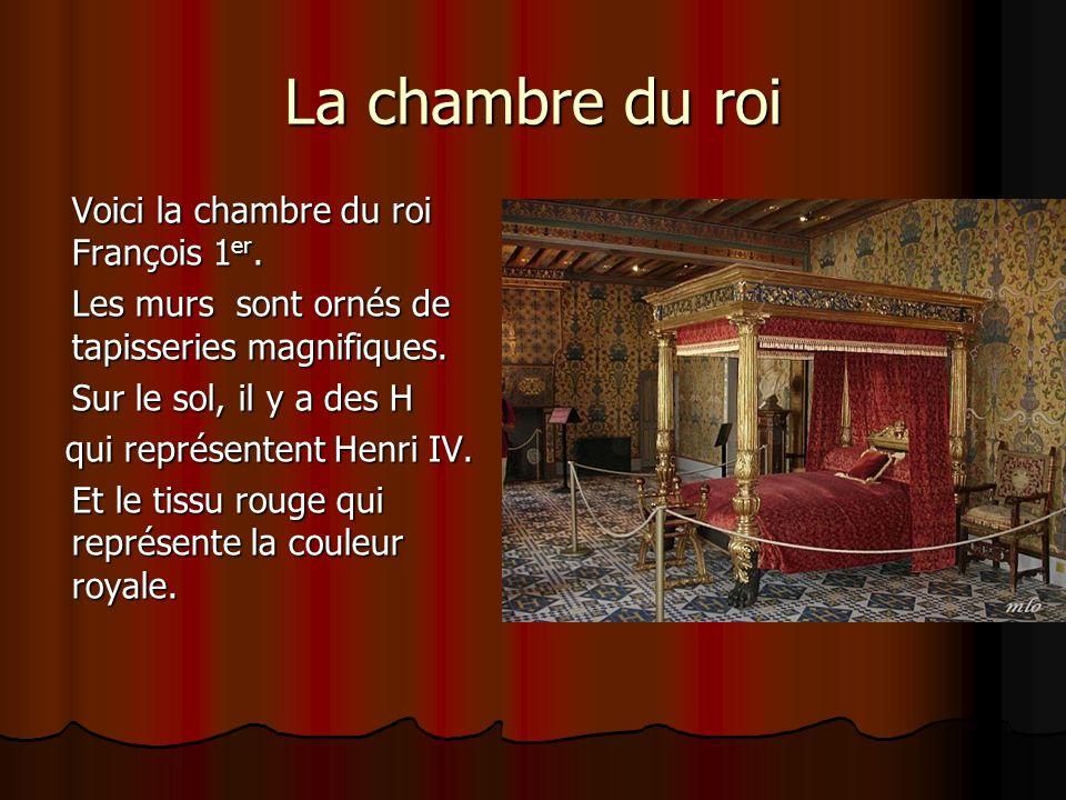 Laile Louis XII On pénètre dans le château par l aile Louis XII, remarquable par son appareil de briques rouges chaînées de pierres blanches, construction courante dans les style franco- flamand.