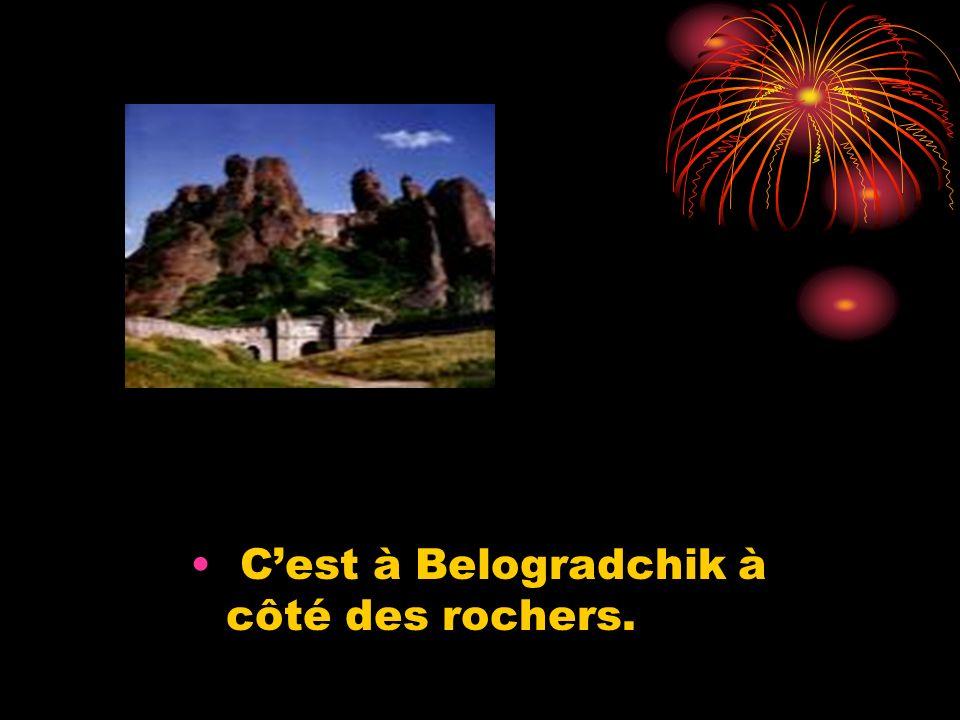 Les danses et les habits Ce sont les danses bulgares et les habits bulgares des filles et des garçons.