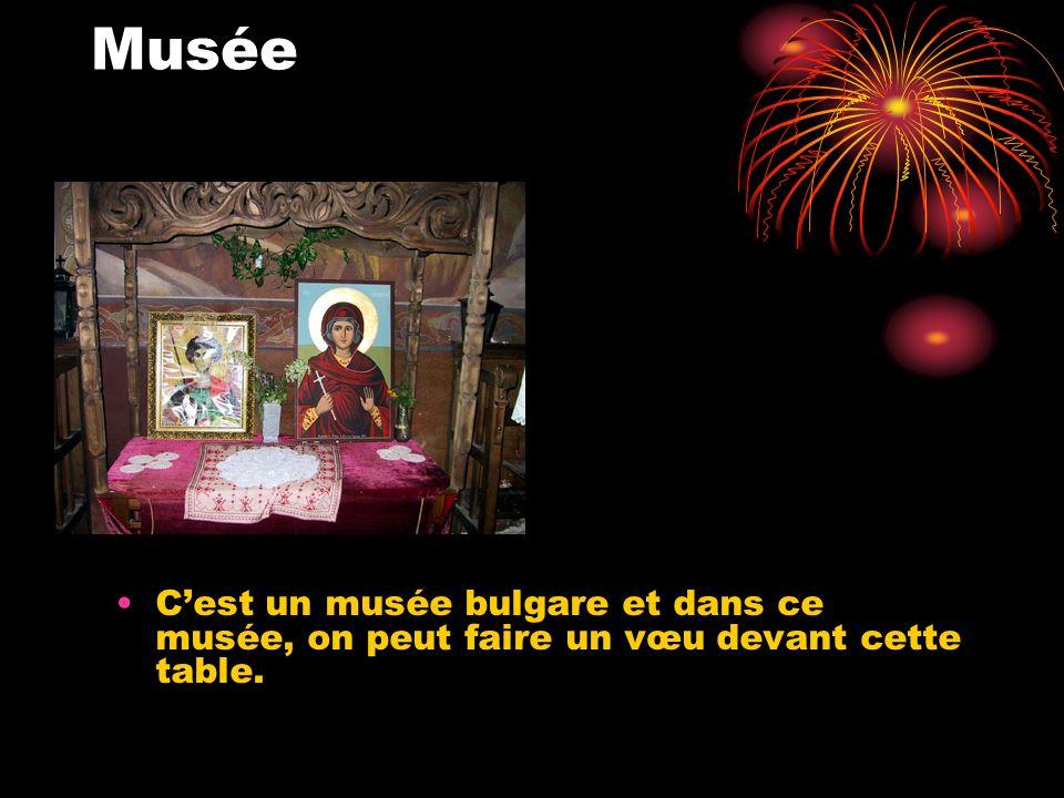 Musée Cest un musée bulgare et dans ce musée, on peut faire un vœu devant cette table.