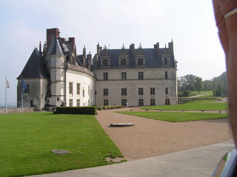 Où se trouve le château? Il est dans la ville dAmboise. Cest Une ancienne forteresse médiévale.