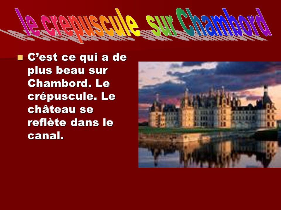 Cest ce qui a de plus beau sur Chambord. Le crépuscule. Le château se reflète dans le canal. Cest ce qui a de plus beau sur Chambord. Le crépuscule. L