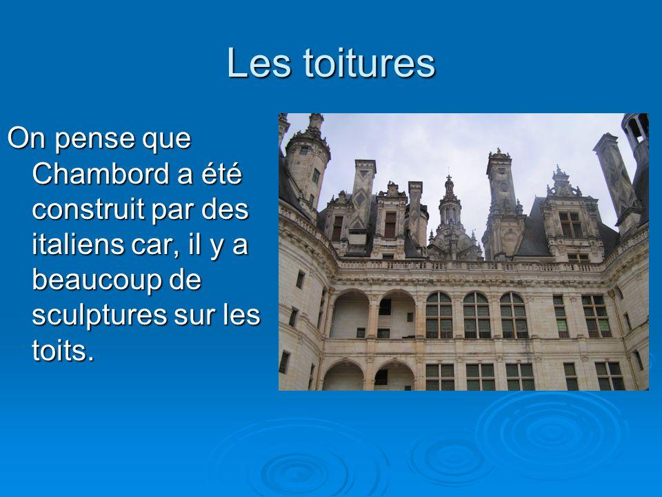 Les toitures On pense que Chambord a été construit par des italiens car, il y a beaucoup de sculptures sur les toits.