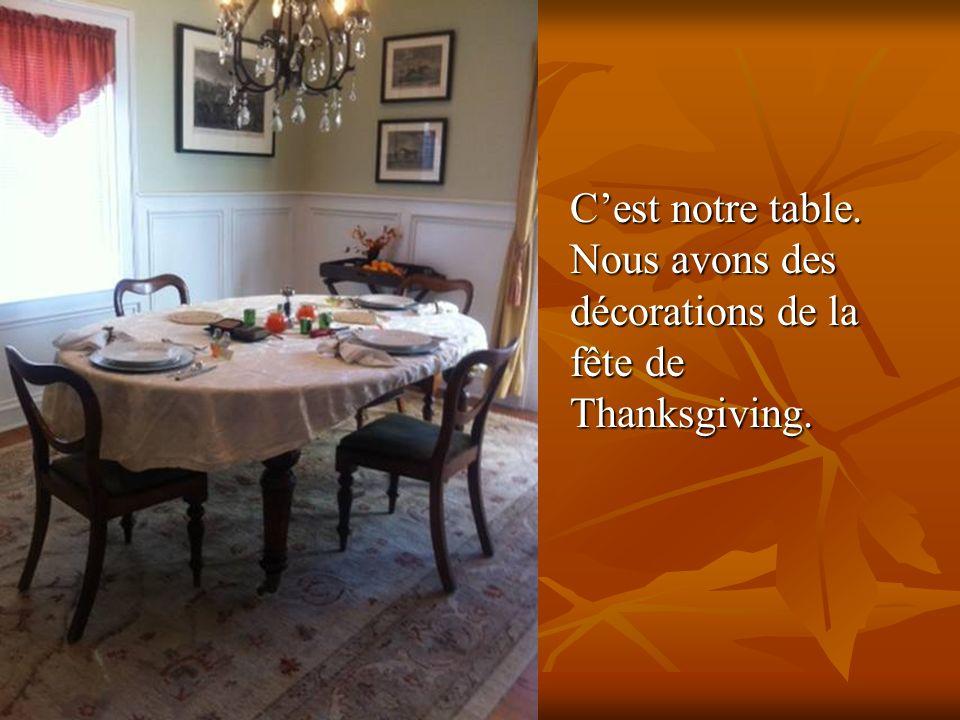 Cest notre table. Nous avons des décorations de la fête de Thanksgiving.