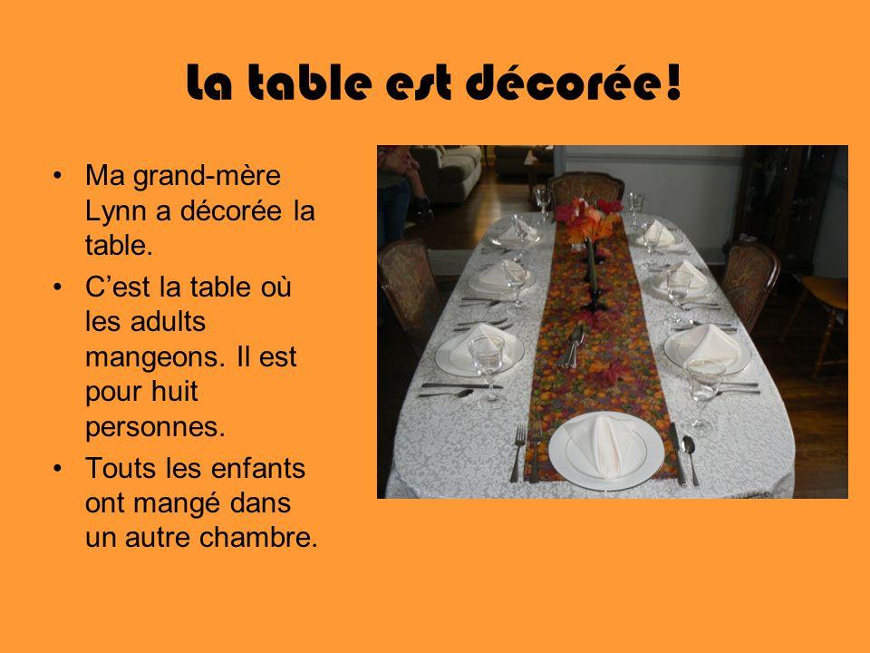 La table est décorée! Ma grand-mère Lynn a décorée la table. Cest la table où les adults mangeons. Il est pour huit personnes. Touts les enfants ont m