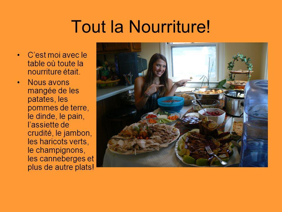 Tout la Nourriture! Cest moi avec le table où toute la nourriture était. Nous avons mangée de les patates, les pommes de terre, le dinde, le pain, las