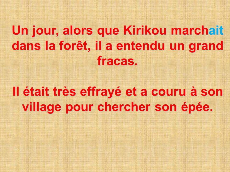 Kirikou avait alors son épée, il a couru vers la forêt. Il a vu un grand lion qui avait été blessé.