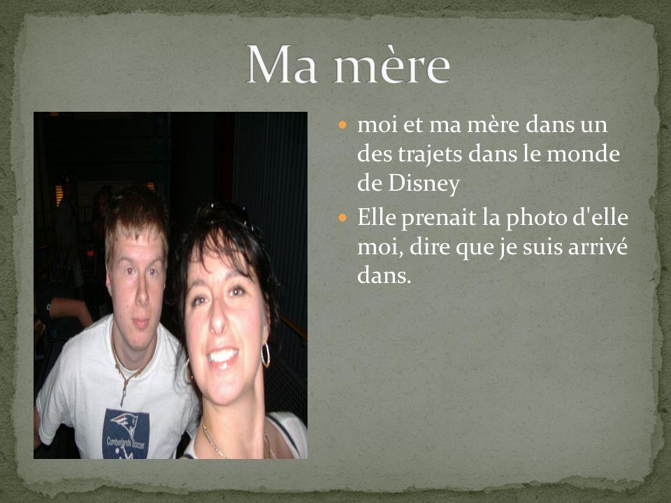 moi et ma mère dans un des trajets dans le monde de Disney Elle prenait la photo d'elle moi, dire que je suis arrivé dans.