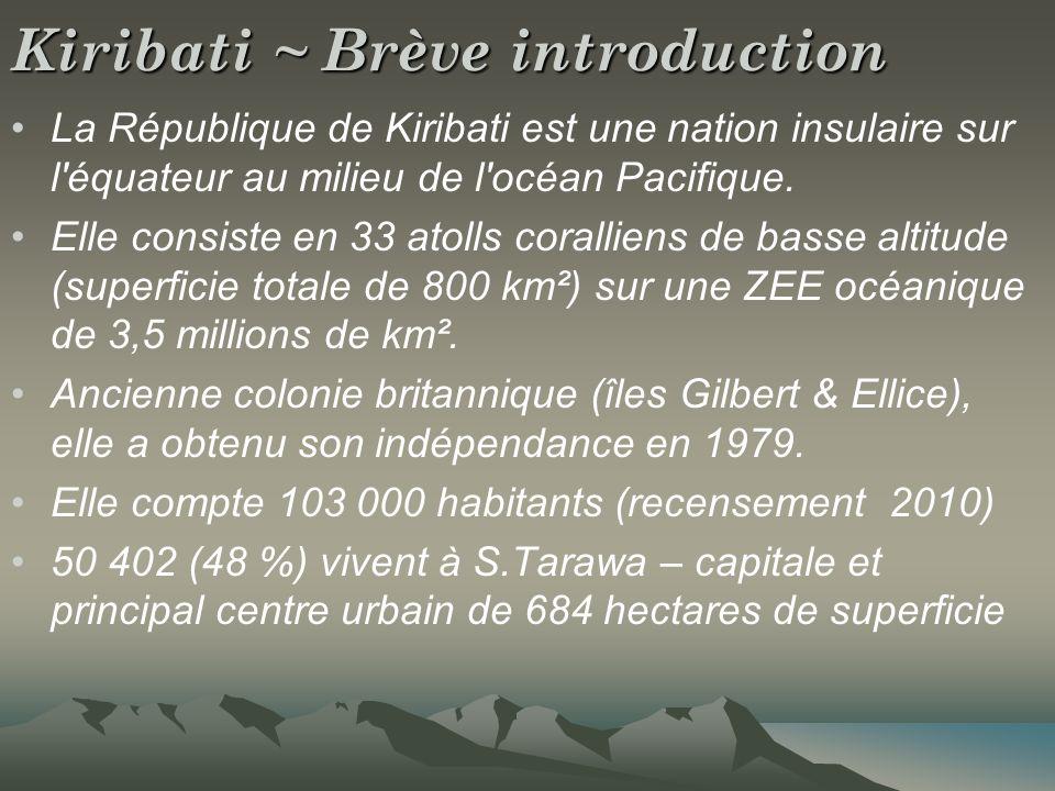 Kiribati ~ Brève introduction La République de Kiribati est une nation insulaire sur l'équateur au milieu de l'océan Pacifique. Elle consiste en 33 at