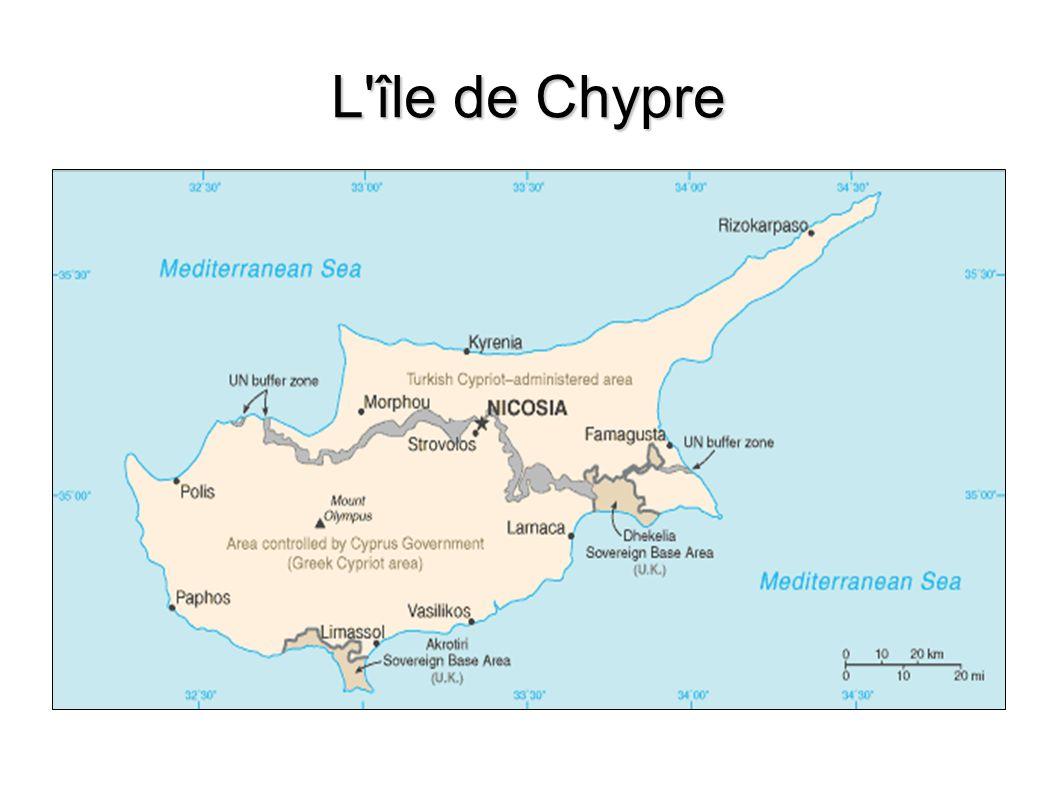 La République de Chypre en chiffres 9.250 km² ( dont 3 355 km² dans le secteur chypriote turc ) 9.250 km² ( dont 3 355 km² dans le secteur chypriote turc ) 771 657 habitants 771 657 habitants Près de 625 000 Chypriotes-grecs vivent dans la zone sud, dont 25 000 Chypriotes- Turc Près de 625 000 Chypriotes-grecs vivent dans la zone sud, dont 25 000 Chypriotes- Turc PNB par habitants : 18 000 $ environ PNB par habitants : 18 000 $ environ