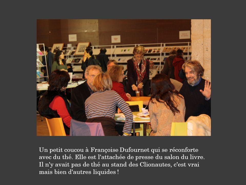 Un petit coucou à Françoise Dufournet qui se réconforte avec du thé. Elle est l'attachée de presse du salon du livre. Il n'y avait pas de thé au stand