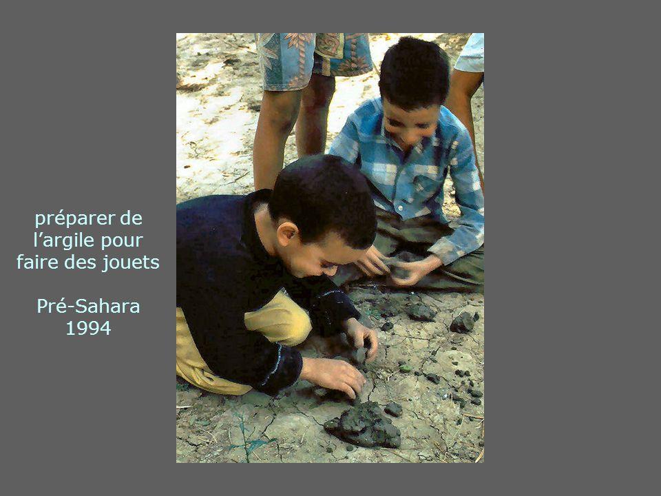 préparer de largile pour faire des jouets Pré-Sahara 1994