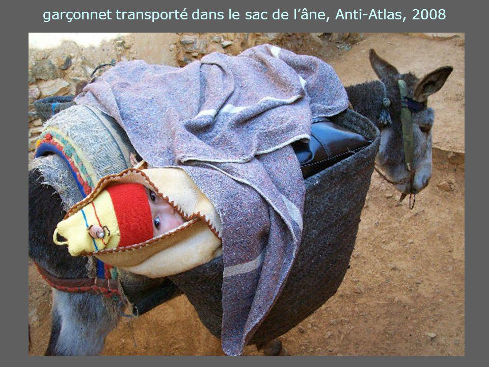 garçonnet transporté dans le sac de lâne, Anti-Atlas, 2008