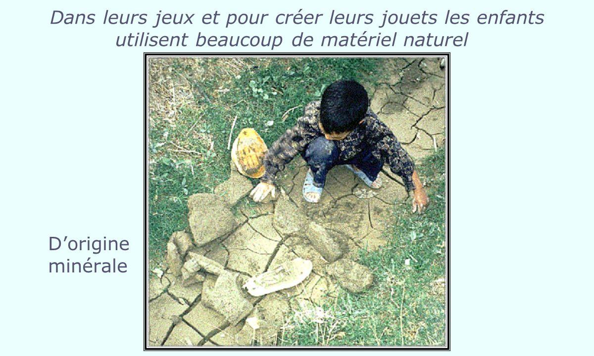 Dans leurs jeux et pour créer leurs jouets les enfants utilisent beaucoup de matériel naturel Dorigine minérale