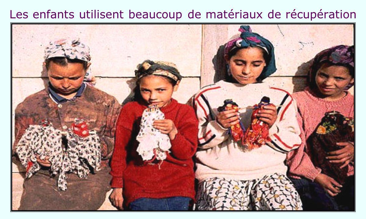 Les enfants utilisent beaucoup de matériaux de récupération