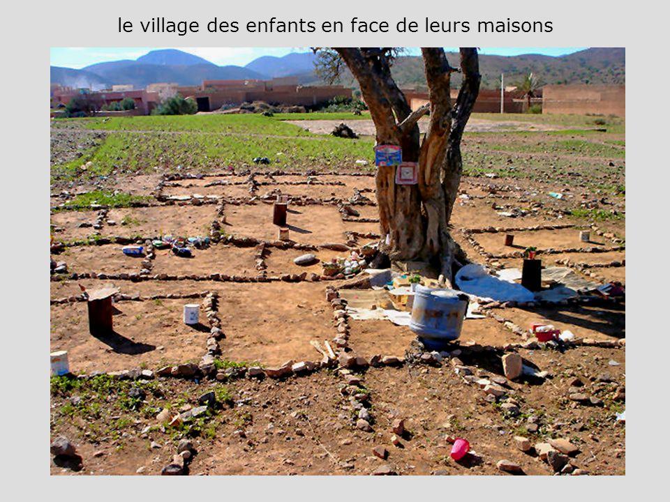 le village des enfants en face de leurs maisons