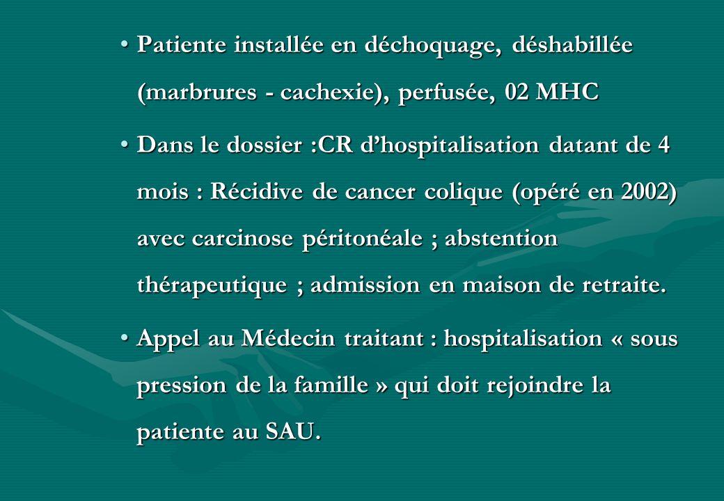 Patiente installée en déchoquage, déshabillée (marbrures - cachexie), perfusée, 02 MHCPatiente installée en déchoquage, déshabillée (marbrures - cache