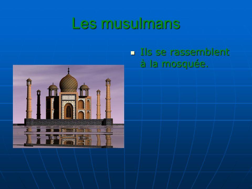 Les musulmans Ils se rassemblent à la mosquée. Ils se rassemblent à la mosquée.