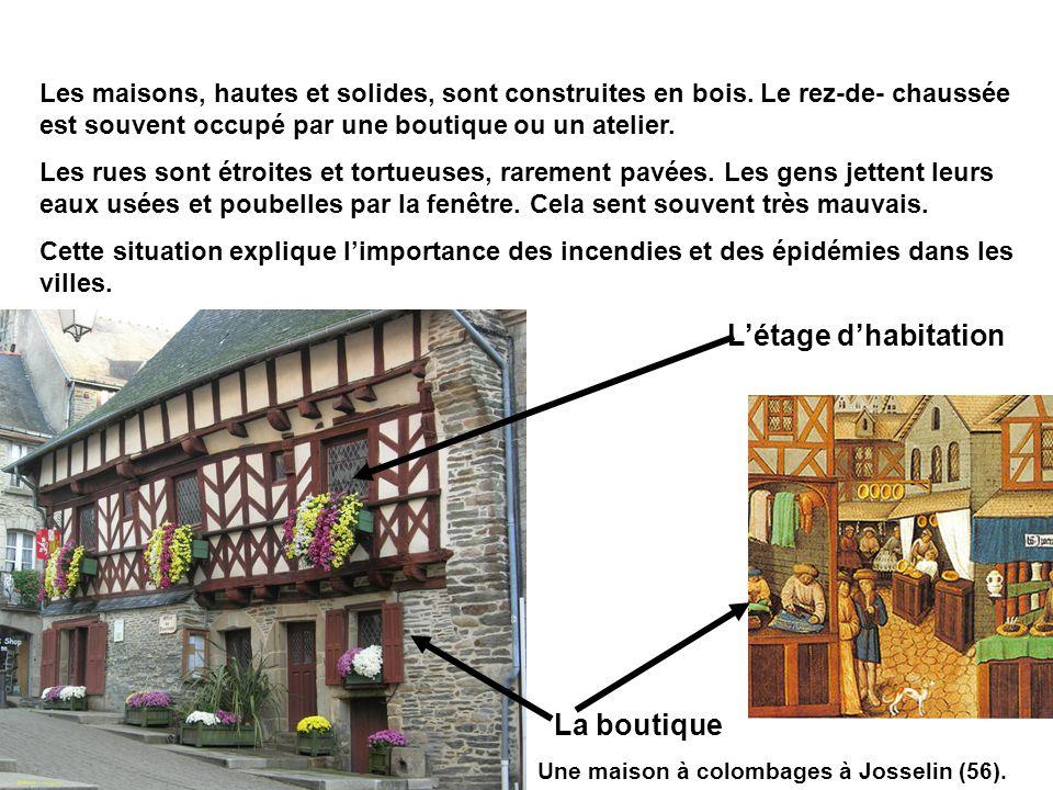 Une maison à colombages à Josselin (56). Les maisons, hautes et solides, sont construites en bois. Le rez-de- chaussée est souvent occupé par une bout