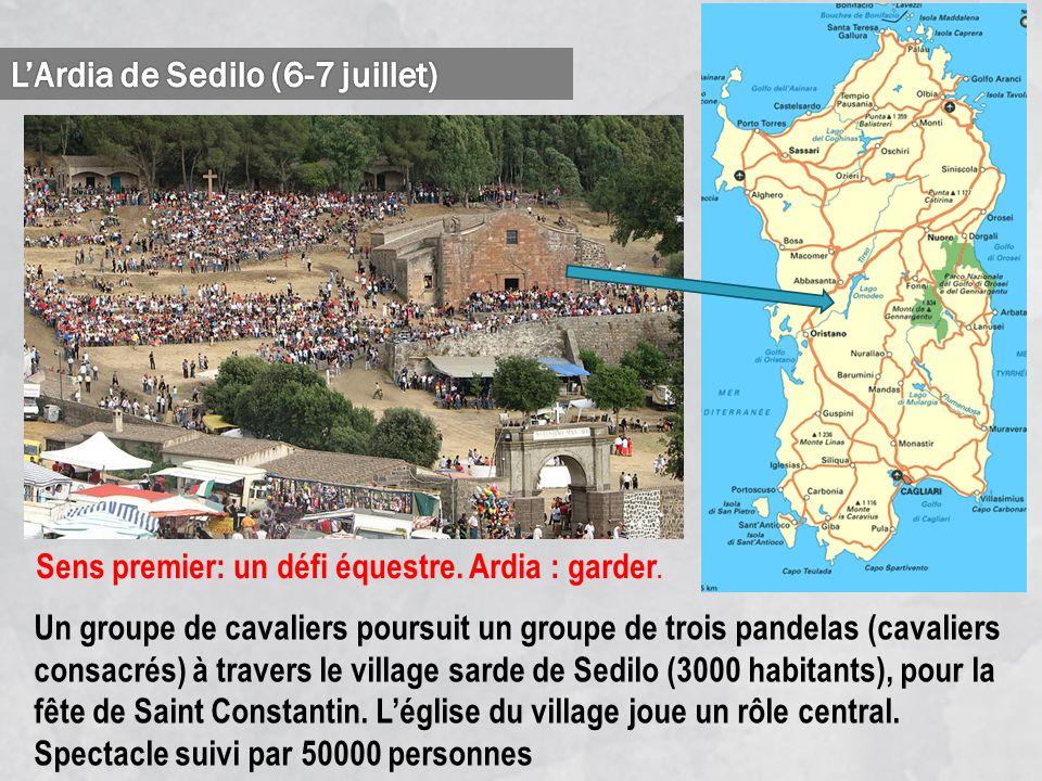 Un groupe de cavaliers poursuit un groupe de trois pandelas (cavaliers consacrés) à travers le village sarde de Sedilo (3000 habitants), pour la fête de Saint Constantin.