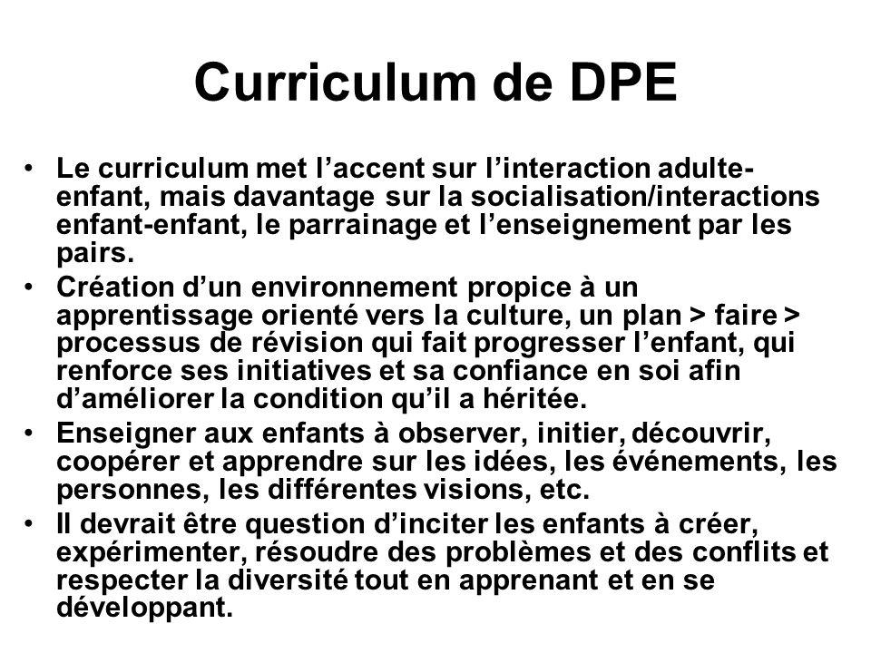 Curriculum de DPE Le curriculum met laccent sur linteraction adulte- enfant, mais davantage sur la socialisation/interactions enfant-enfant, le parrai