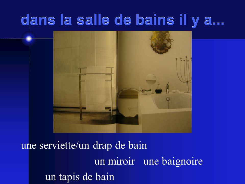 dans la salle de bains il y a... une serviette/un drap de bain un miroirune baignoire un tapis de bain