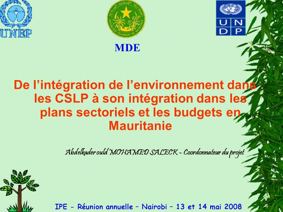 Synthèse du profil environnemental actuel de la Mauritanie Population : 3 millions dhbts Pays pauvre (46%) Désertique (75% de la superficie du pays reçoit une P comprise entre 0-100 mm/an; 1% de la superficie reçoit une P comprise entre 400 et 600 mm/an) Eau :7, 4 milliards m 3 (essentiellement souterraine, 53% daccès durable à une eau potable Assainissement :problématique (34%) Forêts : 0,3 % du territoire national (3,4% de pertes par an, un des taux les plus importants en Afrique) Zones humides et aires protégées : 1,3% du territoire Agriculture : 3% du PIB, couvre moins de 28% des besoins alimentaires du pays Élevage : 13% du PIB, autosuffisance en viande Agriculture + Élevage + Pêche : 65% de la main dœuvre en milieu rural