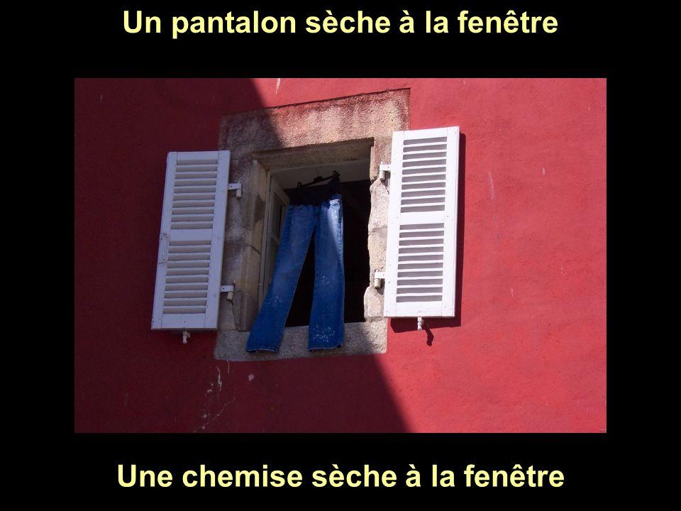 Un pantalon sèche à la fenêtre Une chemise sèche à la fenêtre