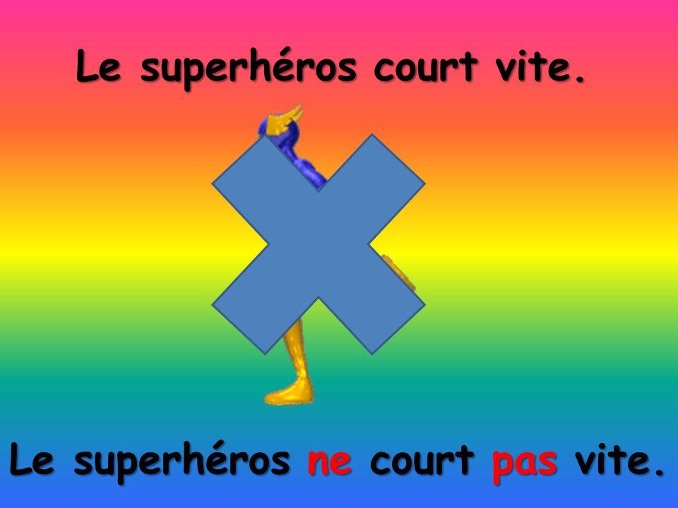 Le superhéros ne court pas vite. Le superhéros court vite.