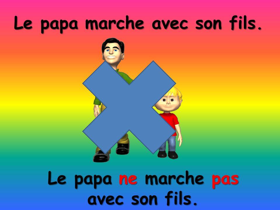 Le papa ne marche pas avec son fils. Le papa marche avec son fils.
