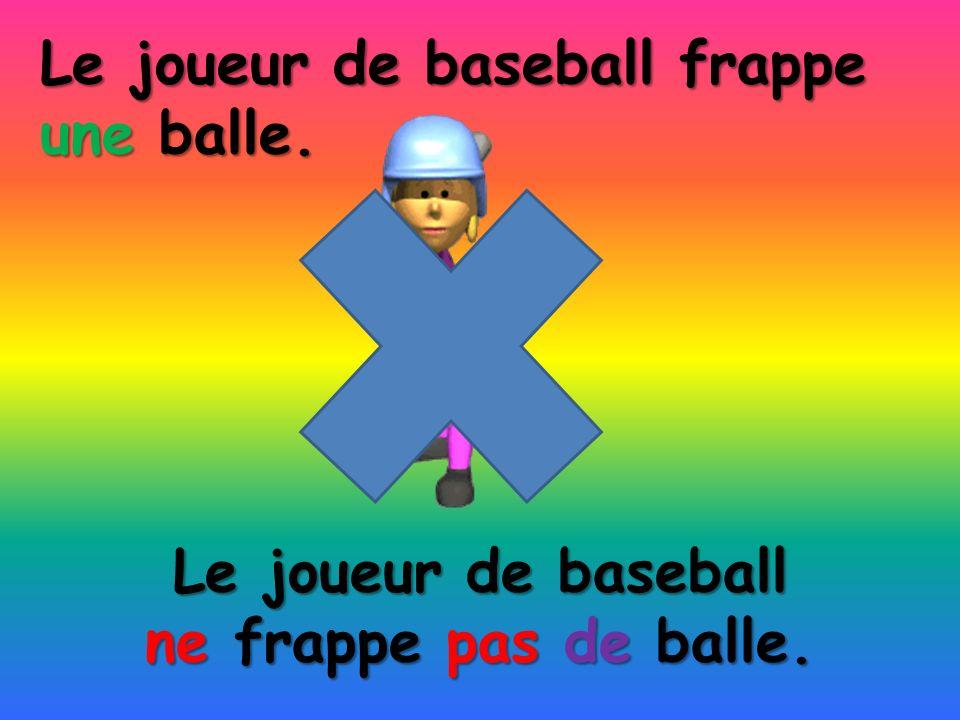 Le joueur de baseball ne frappe pas de balle. Le joueur de baseball frappe une balle.