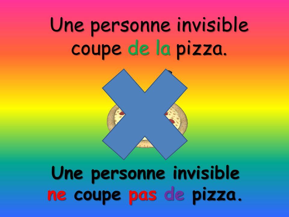 Une personne invisible ne coupe pas de pizza. Une personne invisible coupe de la pizza.