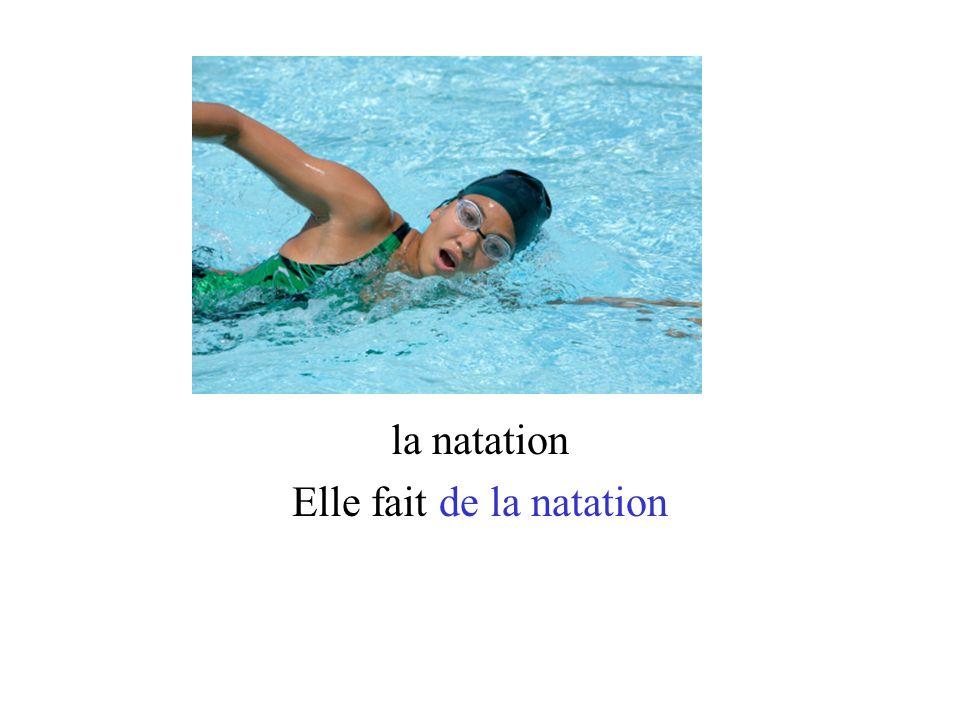la natation Elle fait de la natation