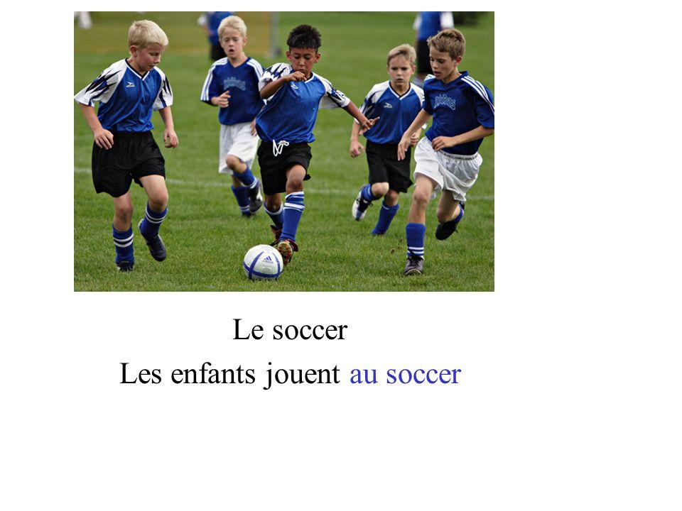 Le soccer Les enfants jouent au soccer