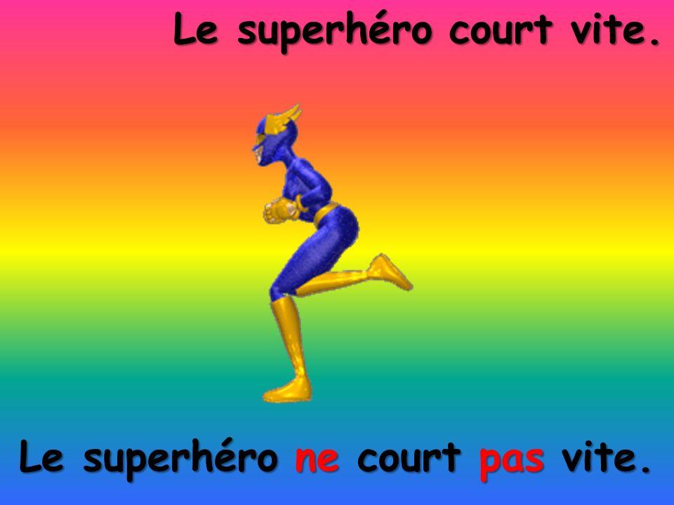 Le superhéro ne court pas vite. Le superhéro court vite.