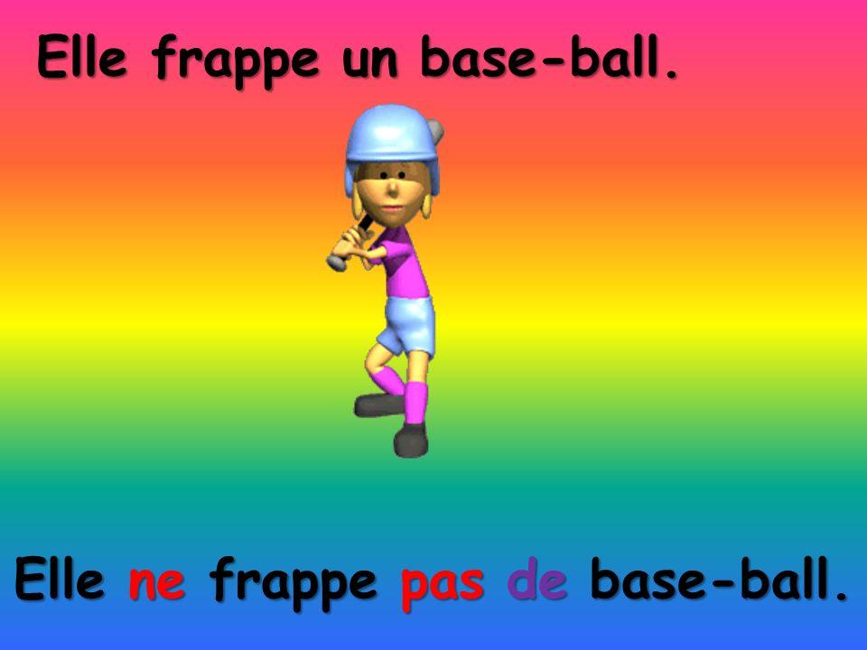 Elle ne frappe pas de base-ball. Elle frappe un base-ball.