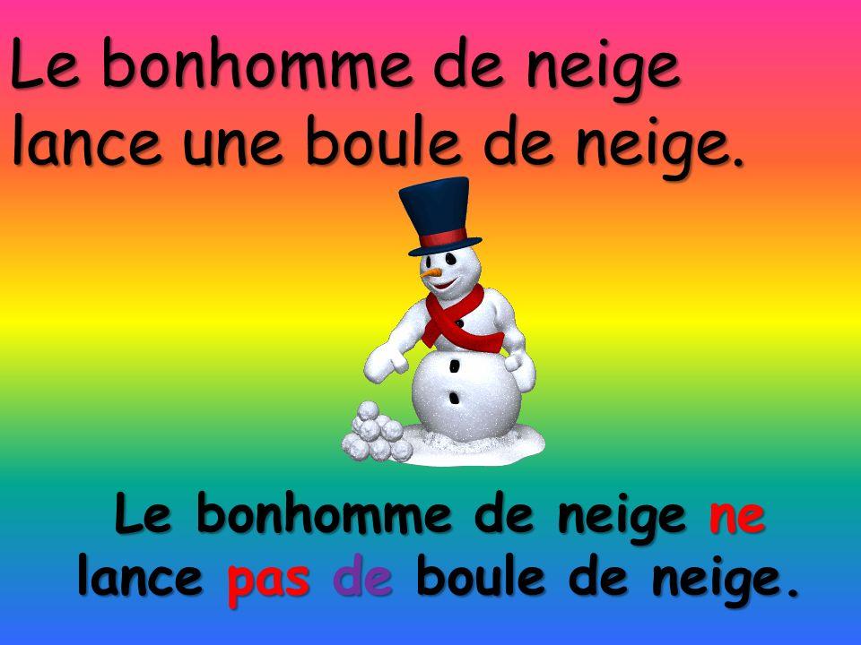 Le bonhomme de neige ne lance pas de boule de neige. Le bonhomme de neige lance une boule de neige.