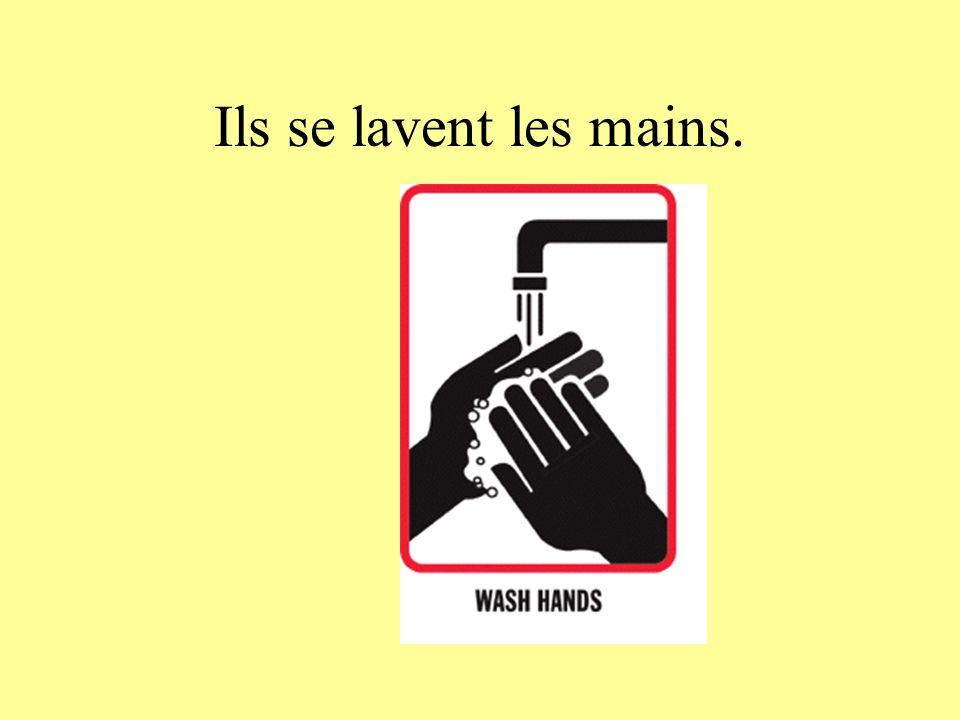 Ils se lavent les mains.