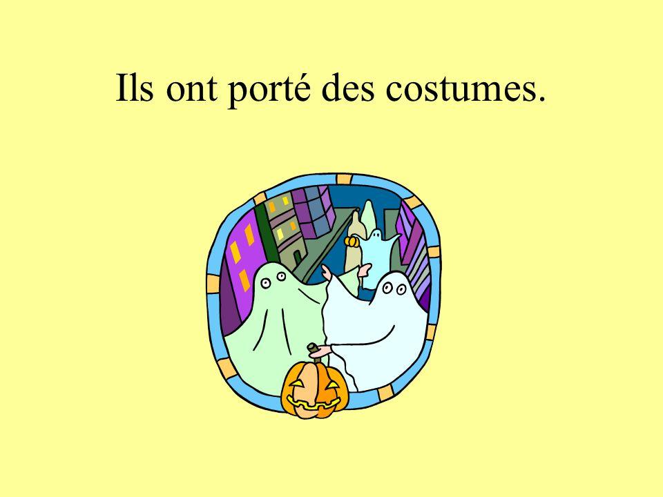Ils ont porté des costumes.
