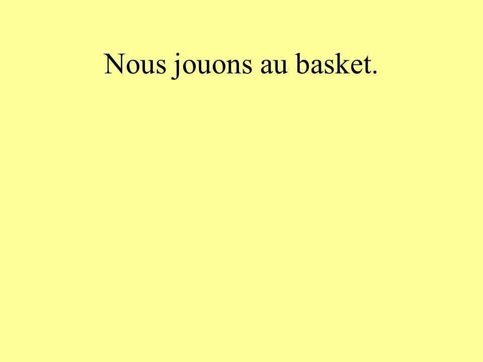 Nous jouons au basket.