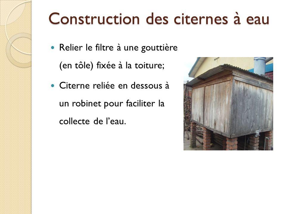 Construction des citernes à eau Relier le filtre à une gouttière (en tôle) fixée à la toiture; Citerne reliée en dessous à un robinet pour faciliter l