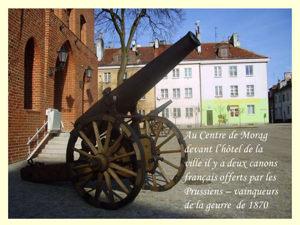 Au Centre de Morąg devant lhôtel de la ville il y a deux canons français offerts par les Prussiens – vainqueurs de la geurre de 1870