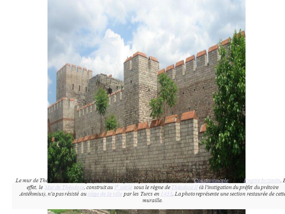Production Mme Gentès, Athènes, validée par l'IA-IPR AEFE juin 2008 Le mur de Théodose. Cette image symbolise à la fois la puissance et la chute de Co