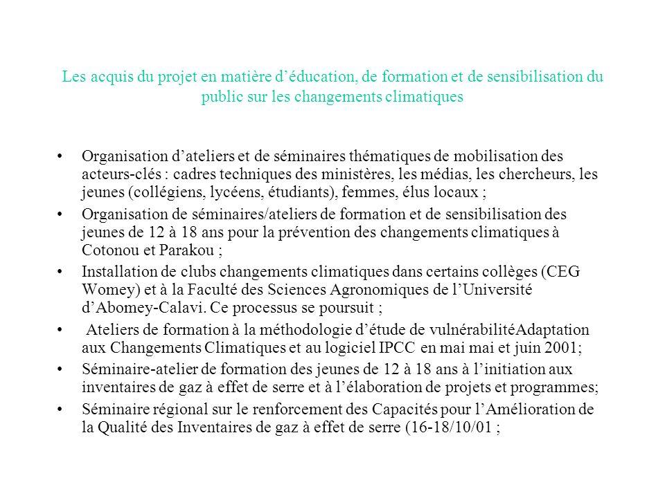Les acquis du projet en matière déducation, de formation et de sensibilisation du public sur les changements climatiques Organisation dateliers et de séminaires thématiques de mobilisation des acteurs-clés : cadres techniques des ministères, les médias, les chercheurs, les jeunes (collégiens, lycéens, étudiants), femmes, élus locaux ; Organisation de séminaires/ateliers de formation et de sensibilisation des jeunes de 12 à 18 ans pour la prévention des changements climatiques à Cotonou et Parakou ; Installation de clubs changements climatiques dans certains collèges (CEG Womey) et à la Faculté des Sciences Agronomiques de lUniversité dAbomey-Calavi.