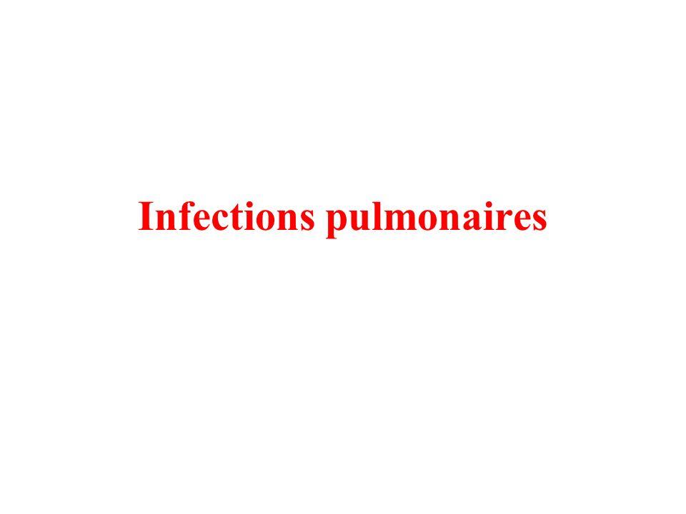 Pneumocystose Signes cliniques : infection pulmonaire opportuniste, signes dinfection interstitielle avec crépitants bilatéraux des deux champs pulmonaires, dyspnée progressive avec signes de détresse respiratoire et souvent nécessité doxygénothérapie, souvent fébrile Diagnostic : examen direct après LBA / RX thoracique : infiltrat interstitielle bilatéral À suspecter chez lenfant en cas de diagnostic récent VIH+ et CD4+ < 25%, pas de prophylaxie par cotrimoxazole Traitement spécifique : cotrimoxazole (SLF/TMP) IV 20 mg/kg/j TMP à donner en 4x toutes les 6 heures pendant 21 jours / si allergie dapsone + TMP ou primaquine+clindamycine Traitement de support : parfois si dyspnée sévère et nécessité dO2, mise en route de corticoïdes 1 mg/kg/j en deux prises (IV de préférence), anti-pyrétique Prophylaxie secondaire : cotrimoxazole (5 mg/kg/en 1x par jour de TMP), en cas dallergie dapsone 2 mg/kg/j en 1x (max = 100 mg/j, attention au déficit en G6PD), aérosol de pentacarinat