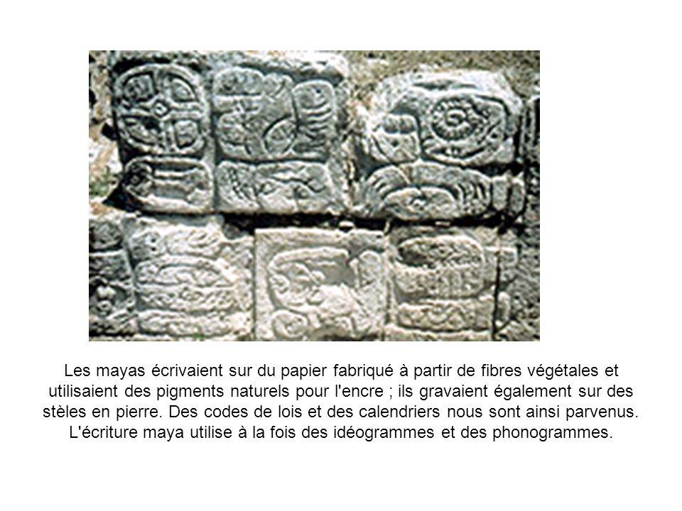 Les mayas écrivaient sur du papier fabriqué à partir de fibres végétales et utilisaient des pigments naturels pour l'encre ; ils gravaient également s